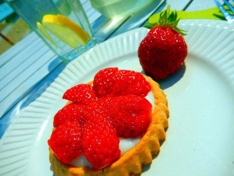 Erste Erdbeeren vom Balkon